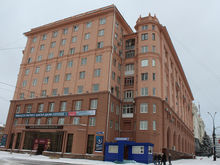 В Челябинске завершили ремонт фасада «розового» дома на площади Революции