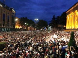 «Уходи!». Протесты в Тбилиси: оппозиция блокирует здание парламента и требует отставок