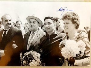 Фотография космонавтов с автографом Валентины Терешковой выставлена на интернет-аукцион