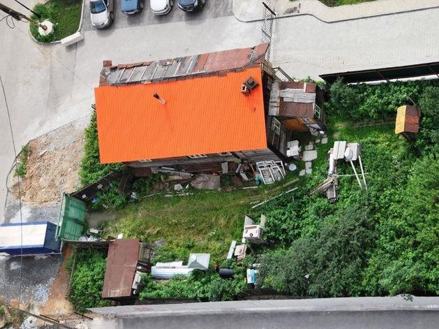 В Екатеринбурге старый деревянный дом в окружении новостроек продают за 35 млн руб.