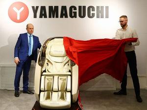 «Обнимает, как мама». Нижегородцы протестировали новое массажное кресло YAMAGUCHI X