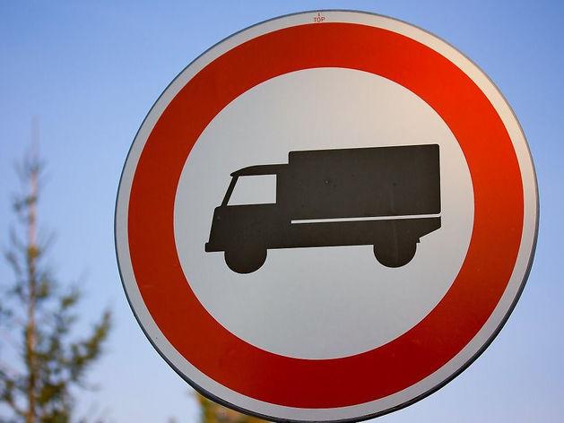 «Это ошибка». ГИБДД демонтировала знаки, блокировавшие доступ в «Кольцовский»