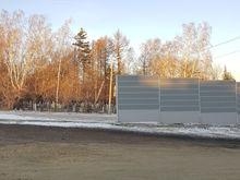 «Гениальное решение!» В Челябинске кладбище огораживают экранами для шумоизоляции