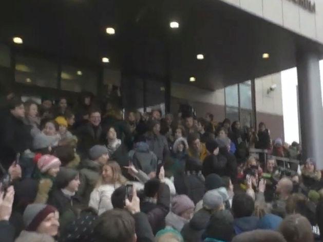 толпа возле здания суда