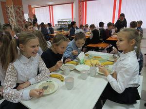 Качество питания в детсаду № 85 и школе № 111 проверил Александр Нагин вместе с родителями