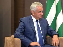 Президент Абхазии подал в отставку. Протестующие захватили дворец, требуя перевыборов