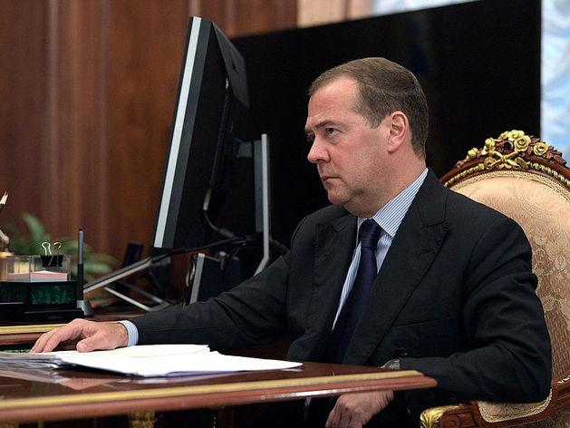 «Как гром среди ясного неба». Медведев объявил об отставке правительства
