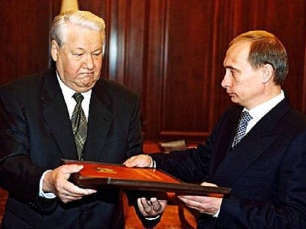 Президент России Борис Ельцин передал Владимиру Путину «президентский» экземпляр Конституции Российской Федерации. 31 декабря 1999 г.