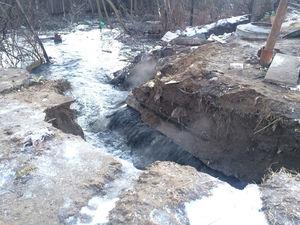 Работы по устранению прорыва коллектора в Ленинском районе продолжаются