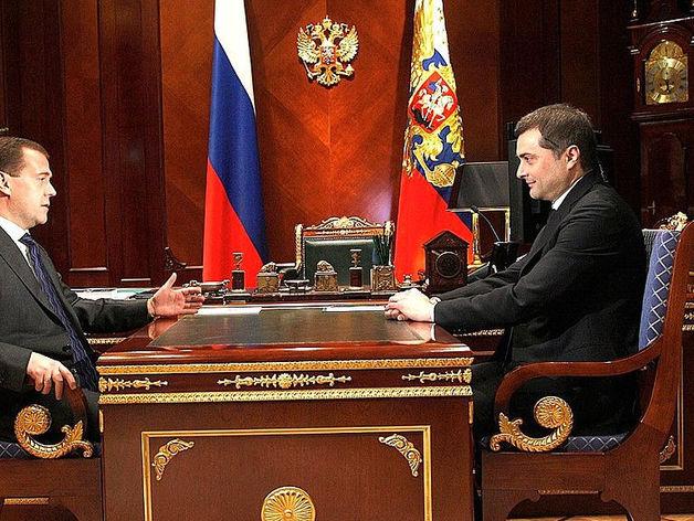 Владислав Сурков (справа)