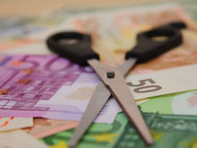 Правительство вернулось к идее снизить страховые взносы. Но у кого взять 1,5 трлн рублей?
