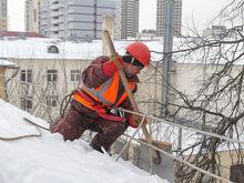 Глава Советского района проверил, как идут работы по очистке крыш от снега