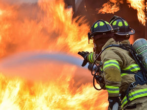 В Челябинске загорелся завод: пожар повышенного уровня сложности. ВИДЕО