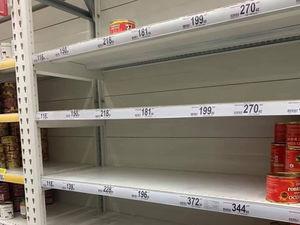 Россияне ринулись скупать гречку и консервы. Власти призвали не закупаться впрок