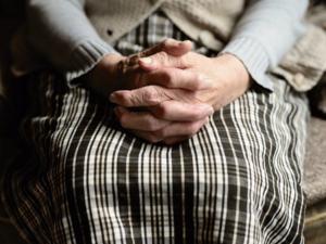 «Это массовая проблема». Банк попросил 90-летнюю пенсионерку прийти в отделение за картой