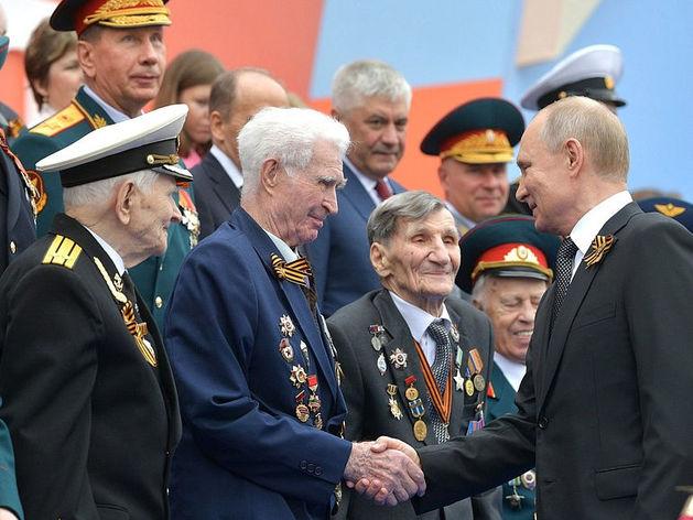 «Риски, связанные с эпидемией, еще чрезвычайно высоки». Путин перенес парад Победы