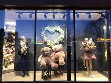 В Челябинске грабители разбили витрину магазина и украли двух медведей