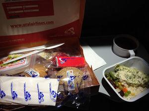 Курица или рыба? «Уральские авиалинии» запустили доставку обедов, которыми кормят на борту