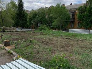 В Челябинске мэр потребовала запретить стройку аптеки в сквере
