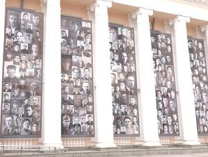 Перед Парадом Победы на фасаде вокзала Екатеринбурга разместили портреты ветеранов