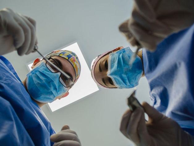Заболеваемость коронавирусом в России падает. Но худшее в мире еще впереди?