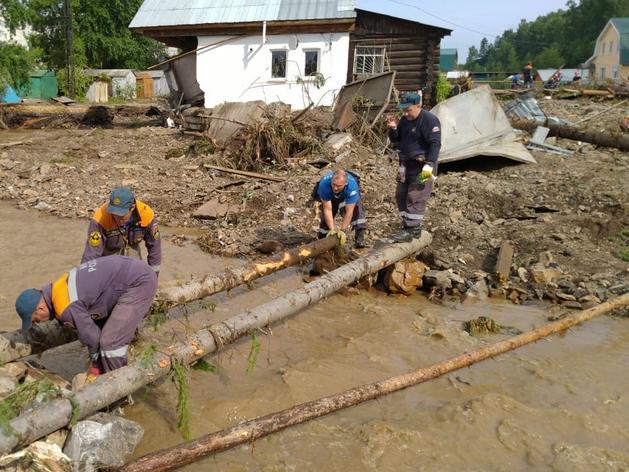 Спасатели ликвидируют последствия наводнения.