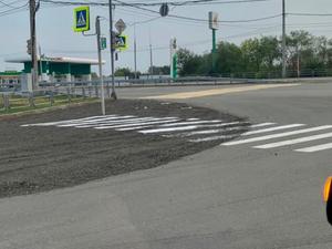 «За гранью добра и зла». В Челябинске нанесли пешеходный переход на дорогу из щебня