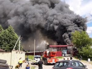Склад полиэтилена горит в Дзержинске. За несколько часов пожарные лишь локализовали огонь