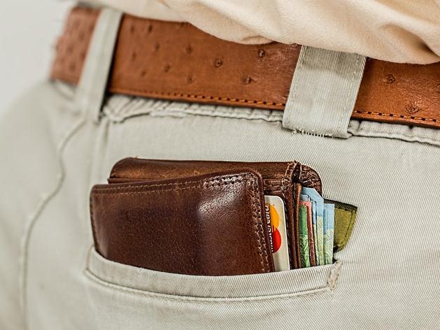 В банке или под матрасом? Куда вложить деньги так, чтобы они не пропали