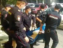 Помощника Анатолия Быкова унесли из красноярского суда без сознания