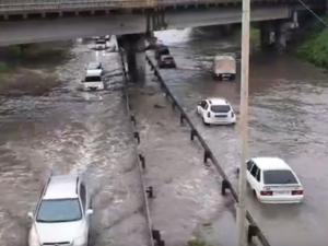 ГИБДД остановила движение на Шефской из-за потопа. В мэрии его считают диверсией