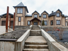 «Замок» у леса. Дом необычной формы продают за 80 млн руб.