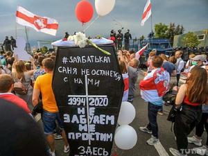 Лукашенко с автоматом, протестующие с гробом: 22-й день многотысячных протестов в Беларуси