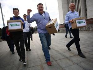 Более 13 тыс. подписей за прямые выборы мэра передали активисты в региональное заксобрание
