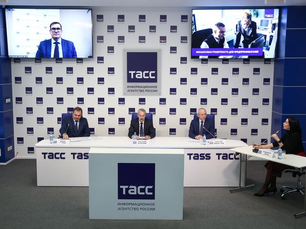 Слева направо: Илья Сулла, Евгений Копелян, Рустэм Марданов