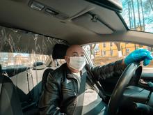 «Пассажир чихнет на наличные деньги и меня заразит». Таксист об указе губернатора