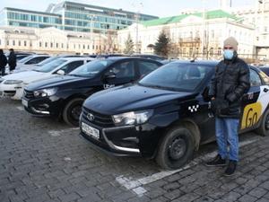 Таксисты устроили акцию протеста под окнами мэрии Екатеринбурга. К ним вышел министр