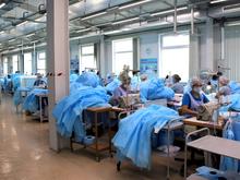 Новосибирское медпредприятие нарастило производство хирургических халатов в смену на 30%