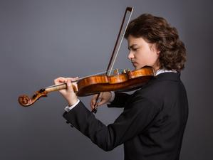 Красноярский камерный оркестр принимает в гостях молодого скрипача Матвея Блюмина