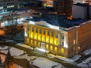 В центре Челябинска установили фонари в виде настольных ламп высотой в несколько метров