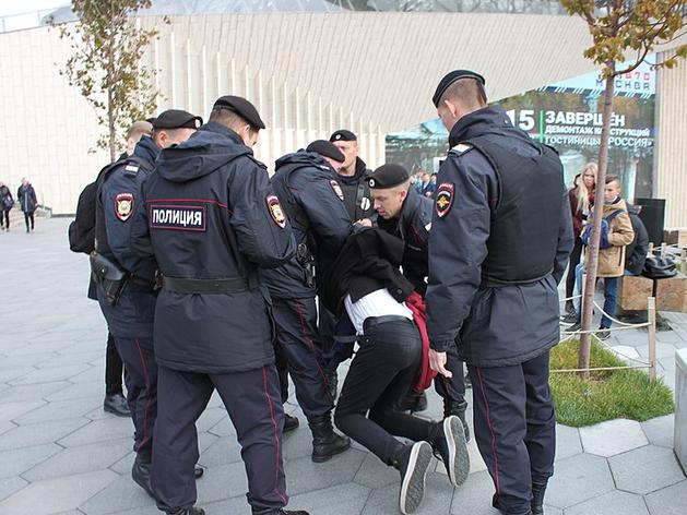 В РФ полицейским разрешат вскрывать машины и запретят публиковать данные об их имуществе