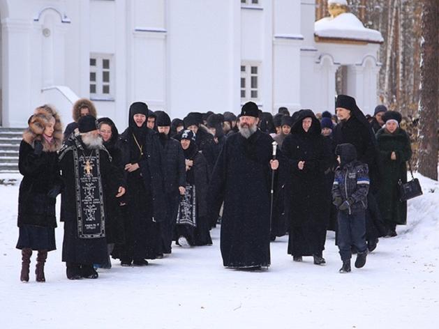 В Среднеуральский монастырь приехали приставы и представители епархии. Их туда не пустили
