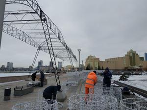 Световой тоннель и огромные звезды: как украшают в Челябинске набережную реки Миасс