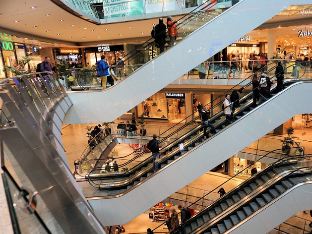 Россиянам не до ТЦ: активность покупателей в праздники упала. Когда ритейл восстановится?