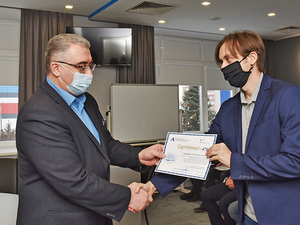 На АПЗ вручили сертификаты программы по закреплению молодых специалистов предприятия