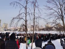 «Вышло мало людей, много людей голосуют за Путина». Кремль о числе протестующих