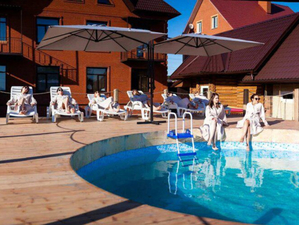 Трехэтажный отель с открытым бассейном выставили на продажу под Новосибирском