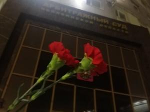 Задержаны несколько челябинцев, пришедших к судам с гвоздиками после приговора Навальному