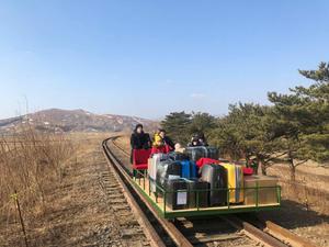 Российские дипломаты покинули Северную Корею на дрезине. Ее пришлось даже толкать