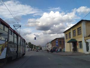 В Челябинске станет меньше трамвайных остановок, где пассажиры выходят под колеса машин